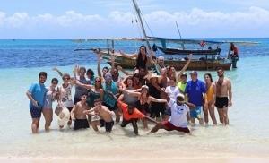 קבוצת נופשים ונופשות בחוף בזנזיבר