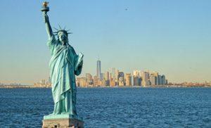 פסל החירות על רקע הים וקו הרקיע של ניו יורק