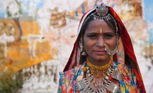 אישה ראג'אסטנית בהודו בלבוש מסורתי