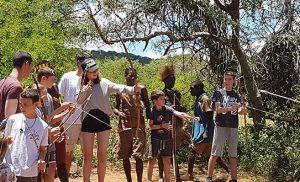 בני שבט ההדזבה עם ילדים ישראלים אוחזים חץ וקשת