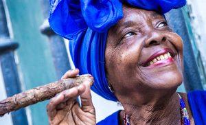 אישה קובנית מעשנת סיגר