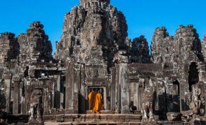 שני נזירים בודהיסטים במקדש אנגקור בקמבודיה