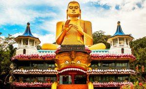 פסל בודהה מוזהב על רקע מקדש ושמיים כחולים
