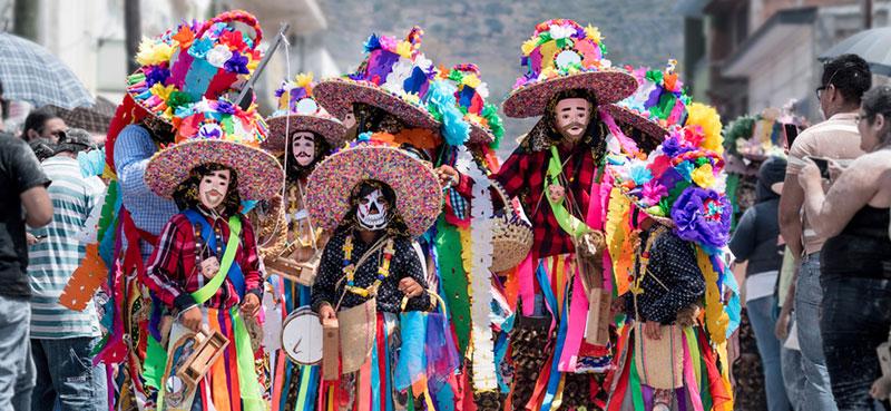 אנשים מחופשים בקרנבל במקסיקו
