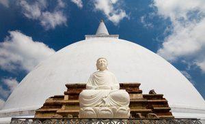 פסל הבודהה הלבן על רקע מקדש השן בקאנדי