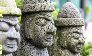 פסלים באי ג'ג'ו