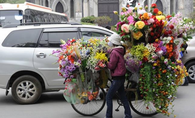 מוכרת-פרחים-עם-מסיכה-וייטנאם