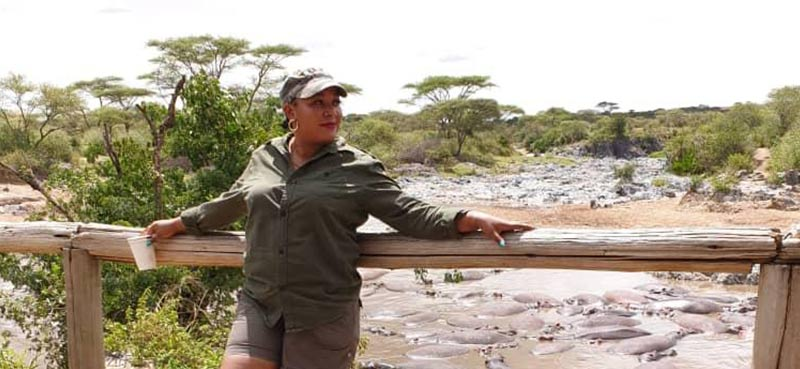 אליס מדריכת ספארי בטנזניה