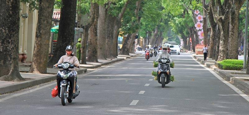 רוכבי אופנוע עם מסיכה בווייטנאם