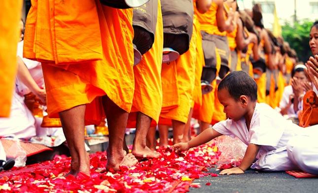 ילד מחלק פרחים לנזירים בודהיסטים