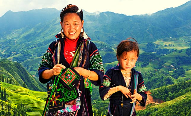 TWO-BLACK-HMONG-GIRLS-IN-SAPA-VIETNAM